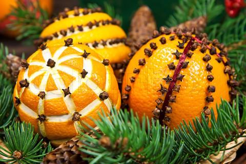 Коледна украса с портокали и карамфил
