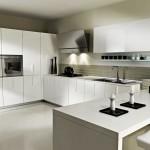 Модерна кухня в бяло