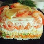 Редена салатена торта с авокадо и скариди