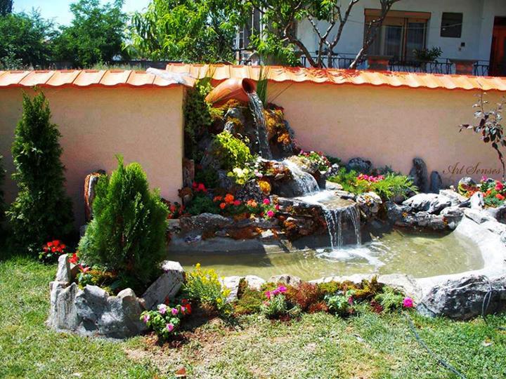 Красиво езеро в градината
