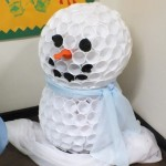 Алтернативен снежен човек от пластмасови чашки
